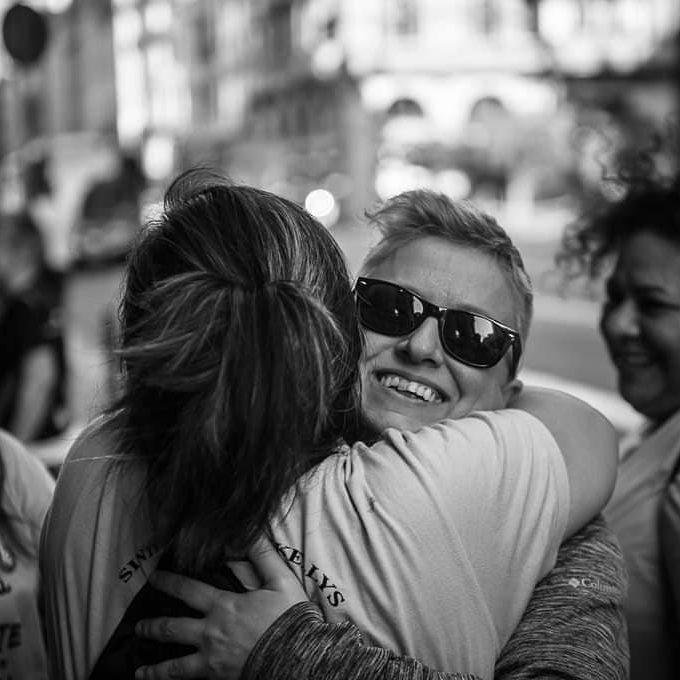 Isabel Cruz Berasategui abrazando a Las Kellys Barcelona